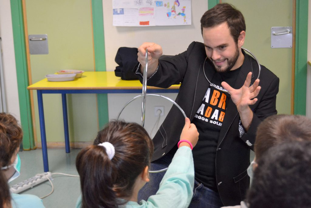 Jorge Blass haciendo magia para niños