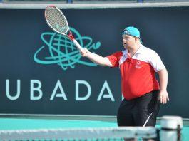 Jugando al tenis en la pre apertura de las Olimpiadas Especiales