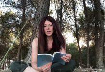 Nieves Chillón leyendo su último libro Arborescente